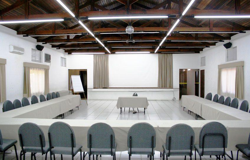 Perfeito para Congressos, Convenções, etc. Salão com dimensões de 9,60 x 20,20m com pé direito de 3,40m.