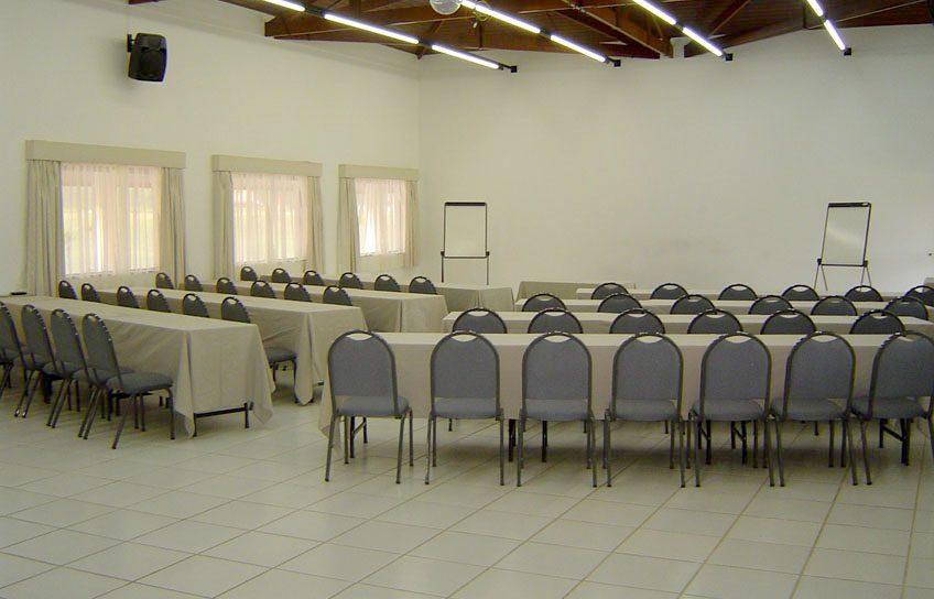 Perfeito para Convenções, Seminários, etc. Salão com dimensões de 9,00 x 15,00m com pé direito de 4,00m.