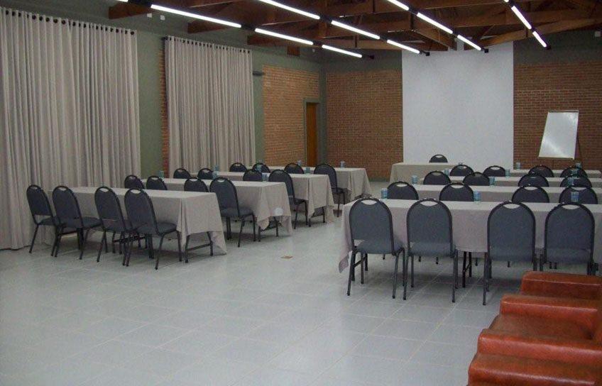 Salão com dimensões de 21,50 x 7,60m com pé direito de 3,30m.